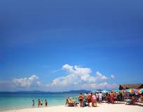Strand med turister på en Phuket ö arkivbild