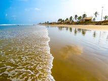 Strand med vågen och blå himmel royaltyfria bilder