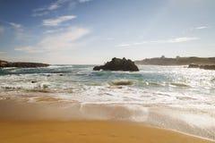 Strand med vågor och utan folk arkivfoto