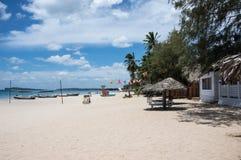 Strand med vit sand i Sri Lanka Arkivbild