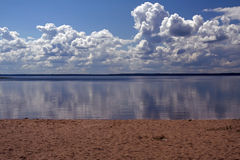 Strand, meer en de bewolkte hemel Royalty-vrije Stock Foto's