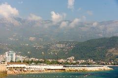 Strand, Meer und Berge in Budva, Montenegro Lizenzfreie Stockbilder
