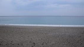 Strand, Meer und Himmel in den ungewöhnlichen Farben stock video
