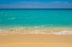 Strand, Meer und tiefer blauer Himmel Stockbild