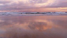 Strand-Meerblick-Sonnenuntergang bewegt auf Sand wellenartig stock footage