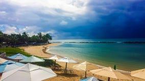 Strand met bewolkte hemel royalty-vrije stock afbeelding