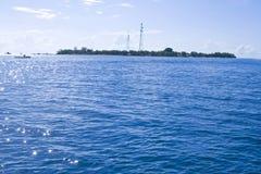 Strand met blauwe ertsader in een eilandtoevlucht in Maledivisch Stock Foto