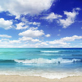 Strand met brekers Stock Afbeelding