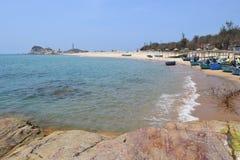 Strand met de visserij van dorp in KE GA Royalty-vrije Stock Afbeeldingen