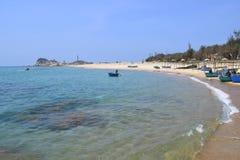 Strand met de visserij van dorp in KE GA, dichtbij muine, Vietnam Stock Foto's