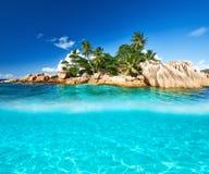 Strand met de witte onderwatermening van de zandbodem Stock Fotografie