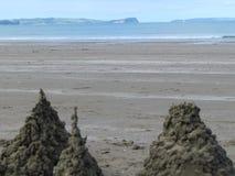Strand met een zandkasteel Stock Afbeeldingen