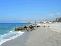 Strand met golven stock afbeeldingen