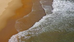 Strand met golven stock videobeelden