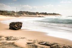 Strand met grote rotsen in Tofo Royalty-vrije Stock Afbeeldingen