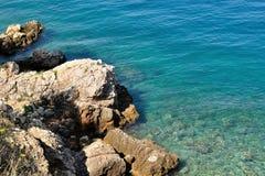 Strand met grote stenen in Podgora, Kroatië Royalty-vrije Stock Foto's