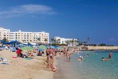 Strand met heel wat mensen in Cyprus, Protaras Stock Fotografie