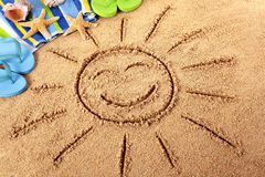 Strand met het glimlachen van zon Stock Foto