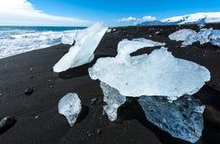 Strand met ijsbergen Stock Afbeeldingen