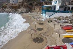 Strand met kano in Griekenland Stock Afbeeldingen