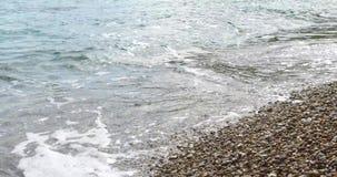 Strand met kleine kiezelstenen op het Adriatische overzees stock videobeelden