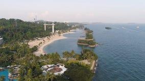 Strand met kokosnoten, overzeese reisbestemming schot Hoogste mening van het mooie hotel door het overzees stock foto