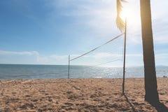 Strand met netto Volleyball Zeegezicht en oceaanconcept De zomer en vakantiethema Zonneschijnelement Uitstekende steentoon stock afbeelding