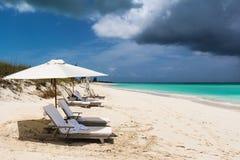 Strand met onweer het naderbij komen Stock Fotografie