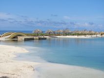 Strand met palmparaplu's in Roatan Honduras royalty-vrije stock foto's