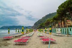 Strand met paraplu's Royalty-vrije Stock Afbeelding