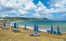 Strand met paraplu's en sunbeds Stock Foto's
