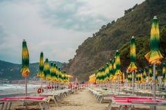 Strand met paraplu's in het overzees Royalty-vrije Stock Foto
