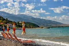 Strand met parasols en sunbeds Royalty-vrije Stock Fotografie