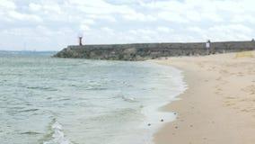 Strand met pijler op kust van Oostzee stock footage