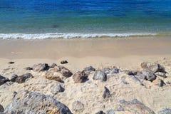 Strand met rotsen Stock Afbeeldingen