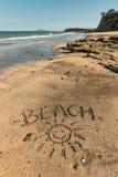 Strand met smiley in zand wordt geschreven dat Royalty-vrije Stock Afbeelding