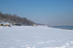 Strand met sneeuw wordt behandeld die Stock Foto