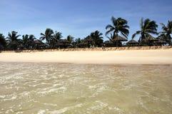 Strand met sunshades Stock Afbeelding
