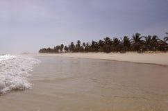 Strand met sunshades Royalty-vrije Stock Afbeeldingen