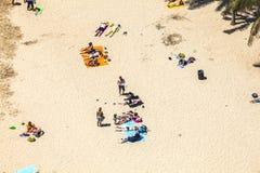Strand met toeristen in de zomer Stock Foto