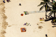 Strand met toeristen in de zomer Stock Afbeeldingen
