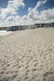 Strand met toevlucht en wolken op achtergrond Royalty-vrije Stock Foto