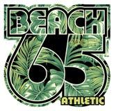 Strand met tropische bladerenachtergrond Stock Afbeelding