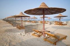 Strand met veelvoudige lege hutten, Rode Overzees, Egypte Stock Afbeeldingen