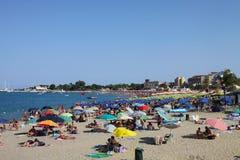Strand met vele mensen Stock Foto