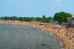 Strand met vele mensen Royalty-vrije Stock Afbeeldingen