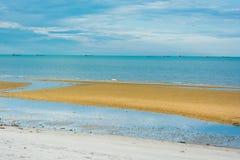 Strand met vissersboten op het overzees Stock Foto