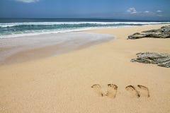 Strand met Voetstappen en steen-Bali, Indonesië royalty-vrije stock foto
