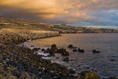 Strand met vulkaanrotsen Stock Fotografie