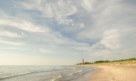 Strand met vuurtoren Stock Foto's